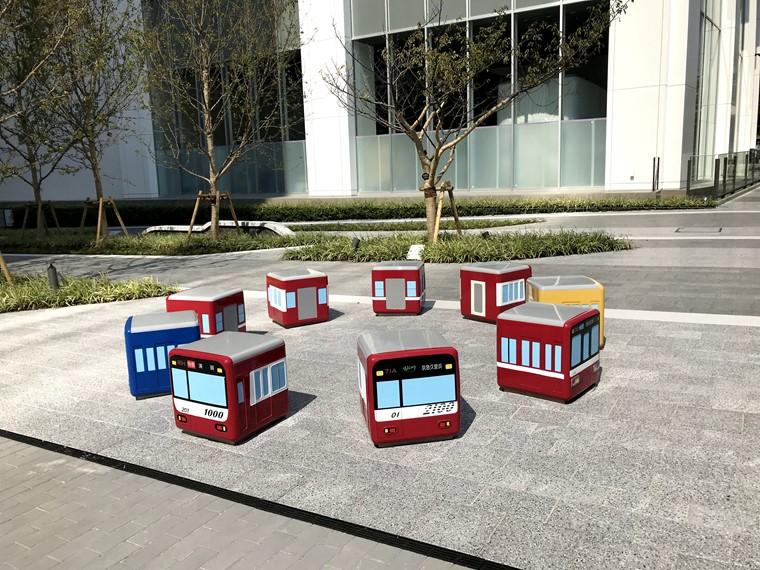 みなとみらいの京急グループ本社ビル前に設置されている京急電車を模したベンチ