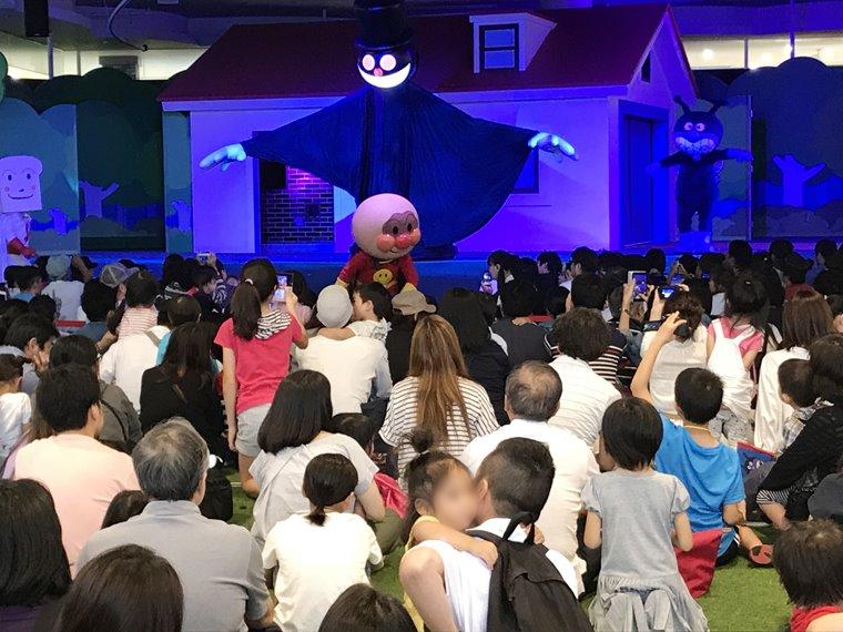 横浜アンパンマンこどもミュージアムのひろばにあるメインステージ