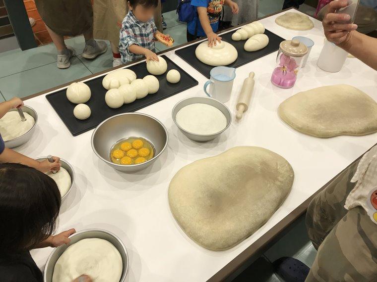 横浜アンパンマンこどもミュージアムのパンこうじょうでの体験写真