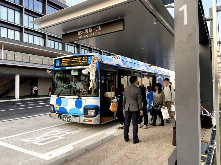 桜木町駅から横浜ハンマーヘッドに走るピアラインばすの画像:横浜ハンマーヘッドのりばにて