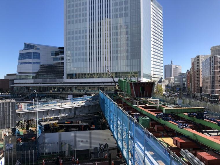 桜木町駅から北仲通地区へ結ぶ歩道橋の建設工事写真(2019年11月時点)