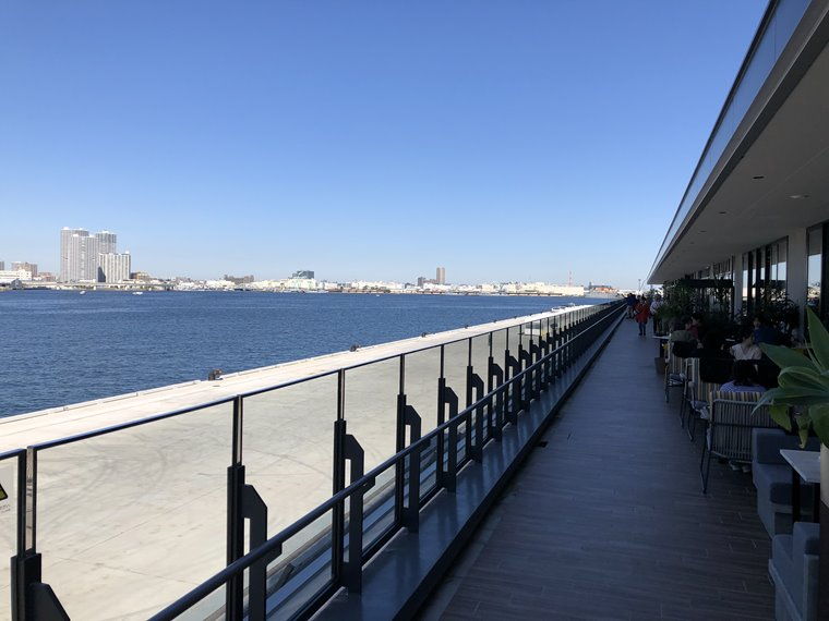 みなとみらい新港地区の複合施設「横浜ハンマーヘッド」の2階、ハンマーヘッドテラスからの風景写真