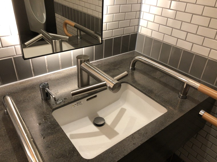 横浜ハンマーヘッドのトイレにあるダイソン製洗面台の写真