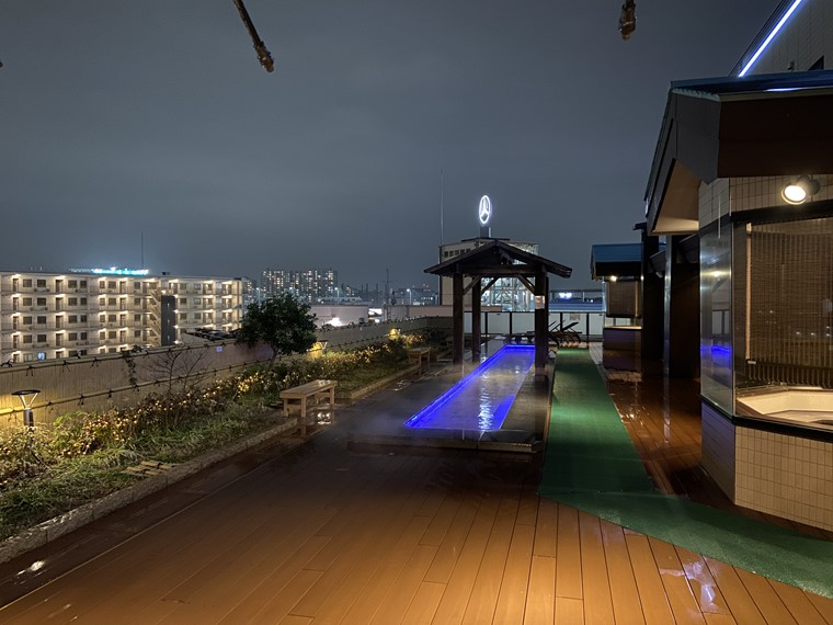 万葉の湯 町田館の7階フロント前にある足湯庭園