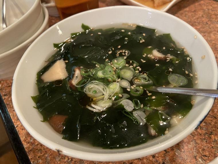 JR石川町駅にある「焼肉東京山」のわかめスープ写真