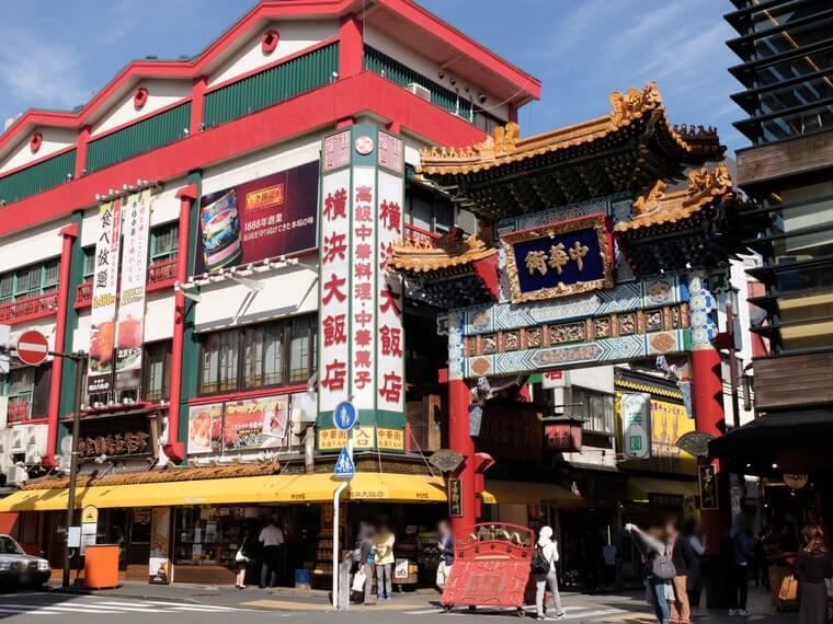 横浜中華街の中華街大通りに位置する善隣門の写真
