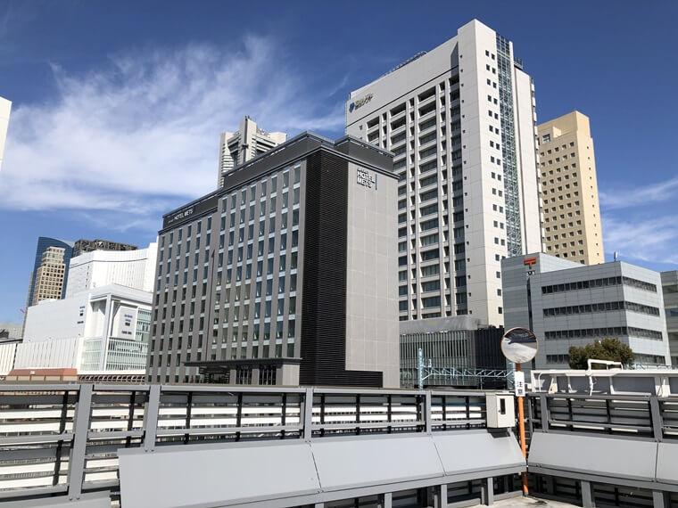 桜木町駅前駐車駐輪場から見た桜木町駅方面の写真