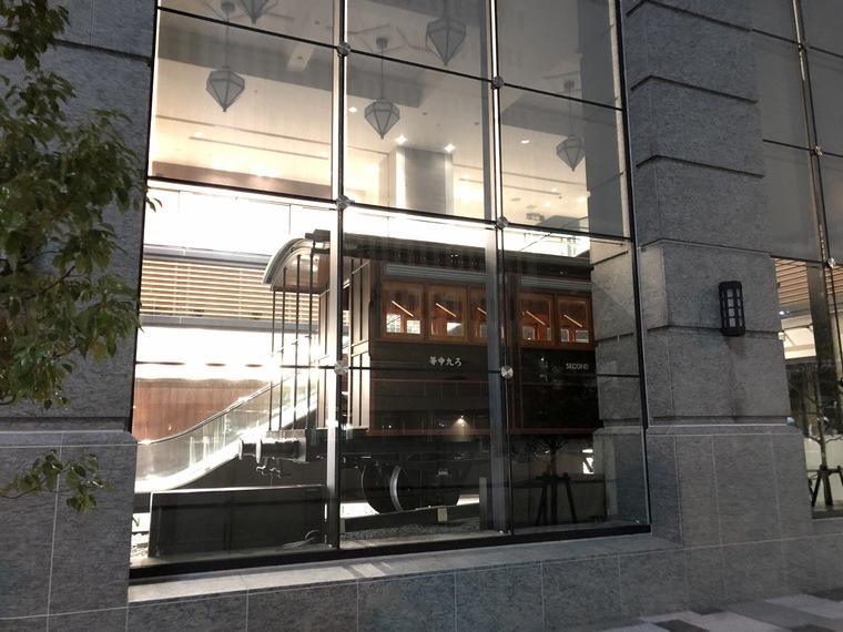 横浜駅にできるJR桜木町ビル1階に展示される110形蒸気機関車の写真