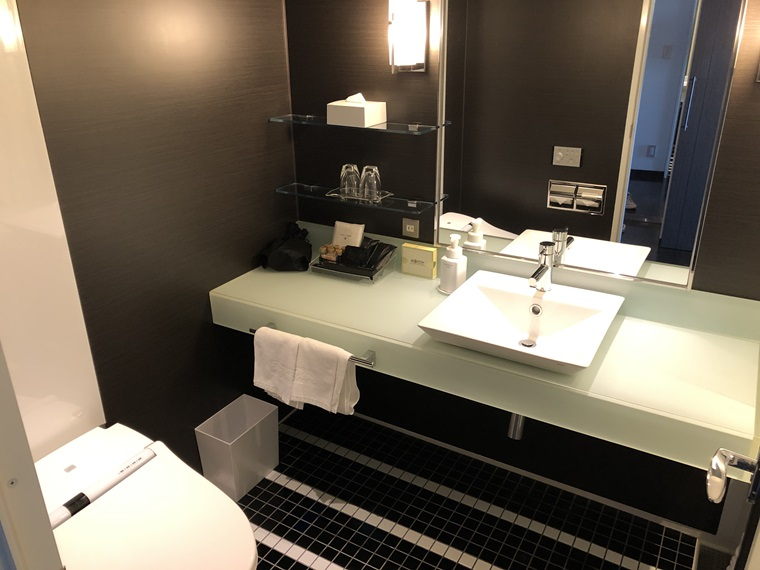 ニューオータニイン横浜プレミアムの最上階19階・海側デラックスツインのバスルーム