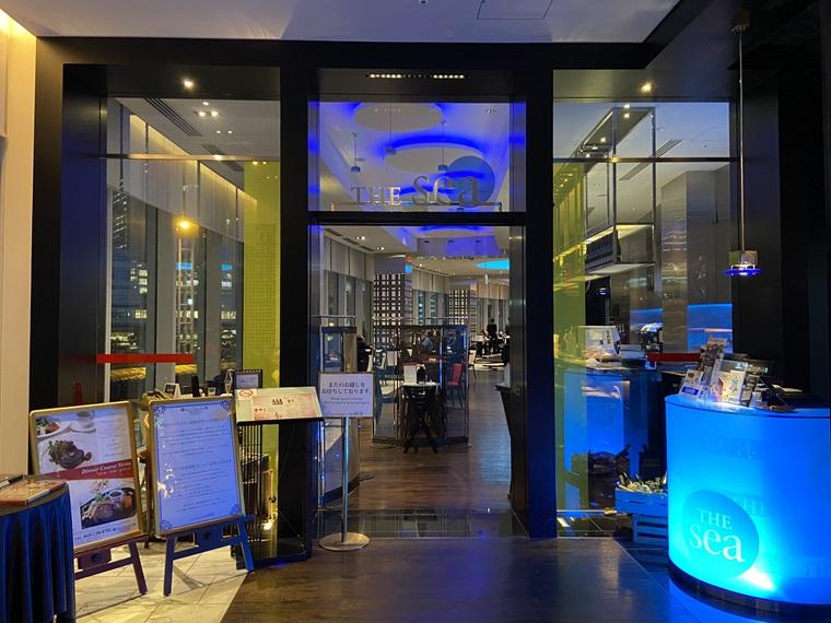 ニュータにイン横浜プレミアムに入るレストラン「THE sea(ザ・シー)」の入口