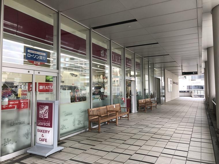 ニュータにイン横浜プレミアムの2階にあるナチュラルローソン写真
