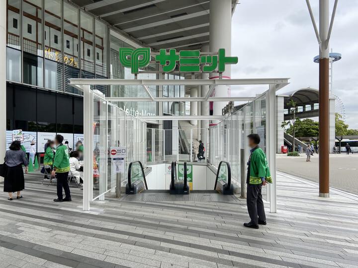 スーパーマーケット「サミットストア桜木町コレットマーレ店」に降りるエスカレーター