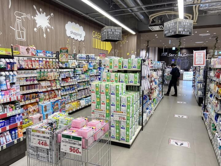 スーパーマーケット「サミットストア桜木町コレットマーレ店」の日用品コーナー