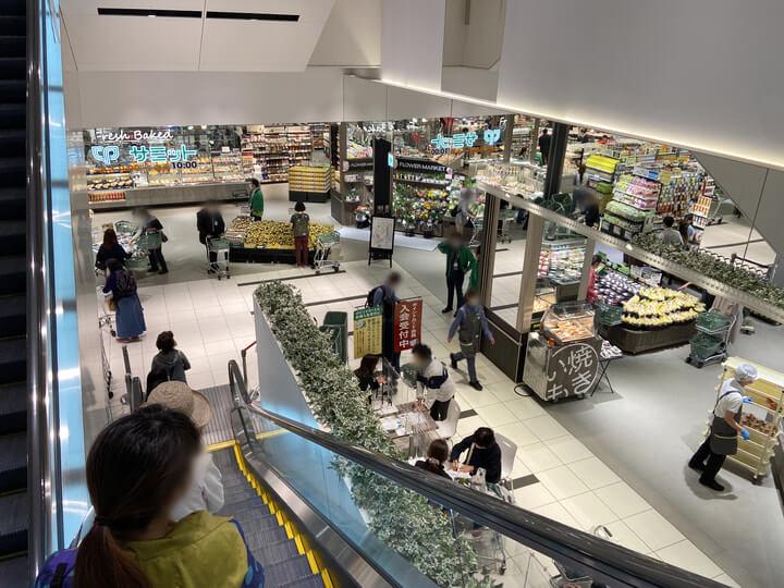 エスカレーターから見たスーパーマーケット「サミットストア桜木町コレットマーレ店」の写真