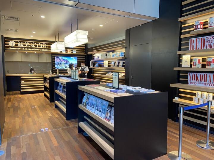 ニュウマン横浜に入る、新しい横浜駅観光案内所の内部写真