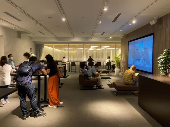 横浜駅の新しい映画館Tジョイ横浜のラウンジ写真