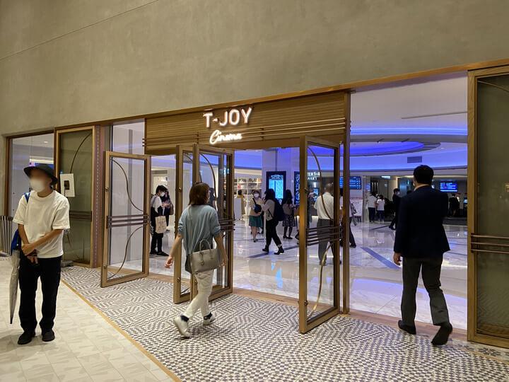 横浜駅の新しい映画館Tジョイ横浜のエントランス
