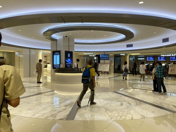 横浜駅の新しい映画館Tジョイ横浜のロビー