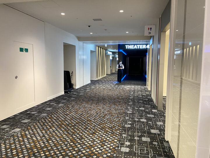 横浜駅の新しい映画館Tジョイ横浜の8階通路写真