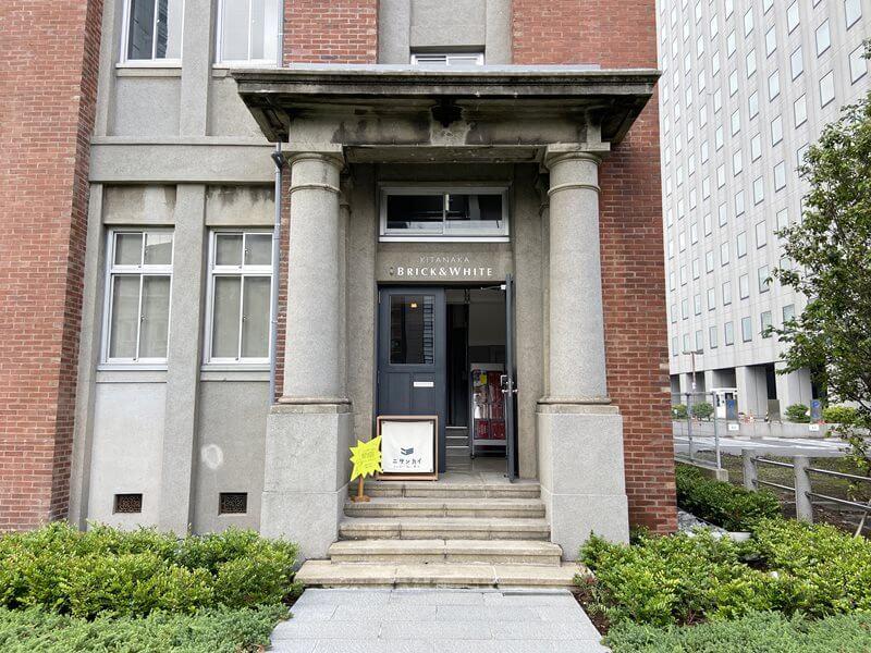 KITANAKA BRICK AND WHITEのシェアオフィスニサンカイの入口写真