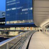 桜木町駅新南口にある、さくらみらい橋の写真